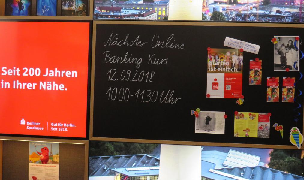 Foto: LSV Mitglieder informieren sich in der Filiale am Alex der Berliner Sprakasse.